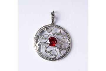 Stříbrný přívěsek Mlýnské kolo s červeným kamenem
